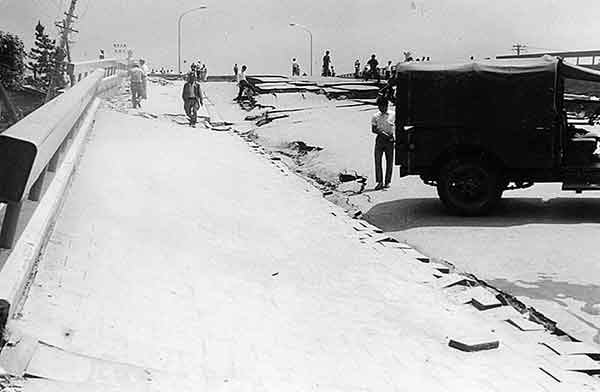 歩道の傾斜30°以上 歩行が困難(撮影日時:1964年6月18日)