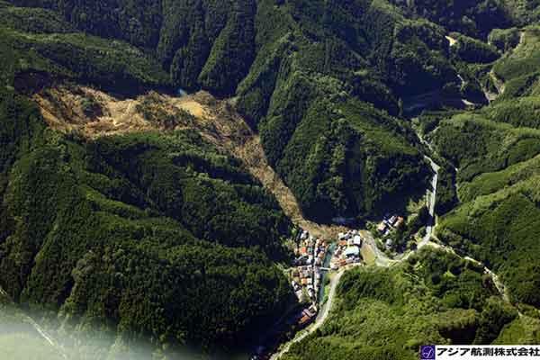 奈良県野迫川村北俣川右支川:山腹斜面から崩壊した土砂がアジコ谷に流入し、河道を閉塞している。崩壊土砂の一部は集落へ到達し、北俣川本川の河道を閉塞している。(2011年9月7日9時撮影)