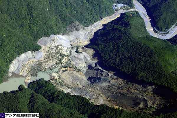 奈良県五条市大塔町赤谷地区:河道内に大量の不安定土砂及び流木が残存した状態であり、湛水が進行している。(2011年9月7日9時撮影)