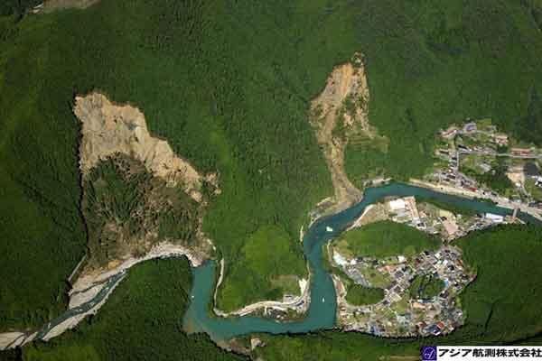 奈良県天川村九尾ダム上流坪内地区:天川川右岸山腹斜面の中腹から崩壊。上流側崩壊と比較して、下流側崩壊のほうが、崩壊面積も広く、崩壊深が深い。いずれも斜面から流下した土砂が河道に直接流入している。(2011年9月7日10時撮影)