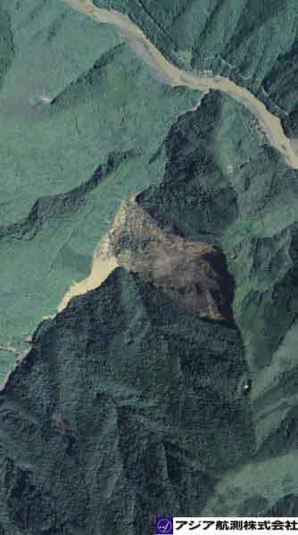 奈良県十津川村長殿地区:長殿谷右岸で稜線付近から大規模な崩壊が発生。崩壊土砂及び流木が長殿谷へ到達。河道を閉塞している。(2011年9月7日撮影)