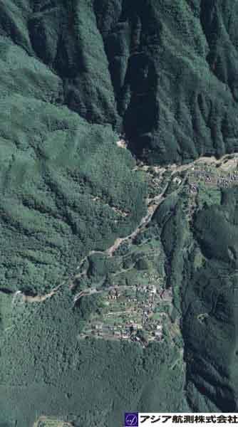 和歌山県那智勝浦町「那智の滝」付近:世界遺産に登録された「紀伊山地の霊場と参詣道」の日本屈指の「那智の滝」付近では、渓岸が著しく侵食されている。(2011年9月7日撮影)