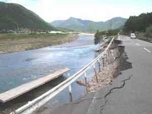 杉原川:兵庫県内では2日から4日にかけて、長時間激しい雨が降った。このため、最大時間雨量は、加古川市(志方)で69mm、加西市(加西)で61mm、高砂市(天川水門)で55mmを記録した。また、最大24時間雨量は、養父市(奈良尾)で404mm、神河町(上越知)で392mm、淡路市(郡家)で371mmを記録した。県内の被害状況は、死者1人、負傷者17人、床上浸水1,364戸、床下浸水5,496戸などであった。