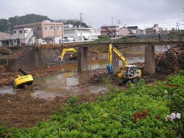 井戸川の洪水による三重県熊野市内のJR鉄橋の被害(道路や鉄道などが寸断されて地域が孤立した)