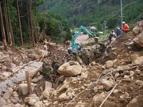 新宮市木ノ川における崖崩れ災害の救助活動の様子(土砂が多くて捜索がうまく進まない)