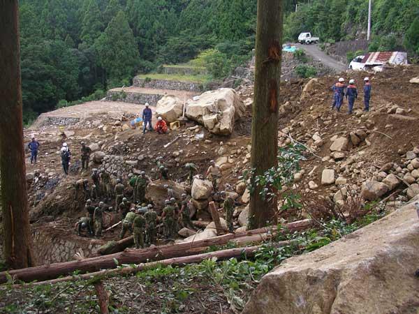 新宮市木ノ川における崖崩れ災害の救助活動の様子(大きな岩が落ちてきていて捜索がうまく進まない)