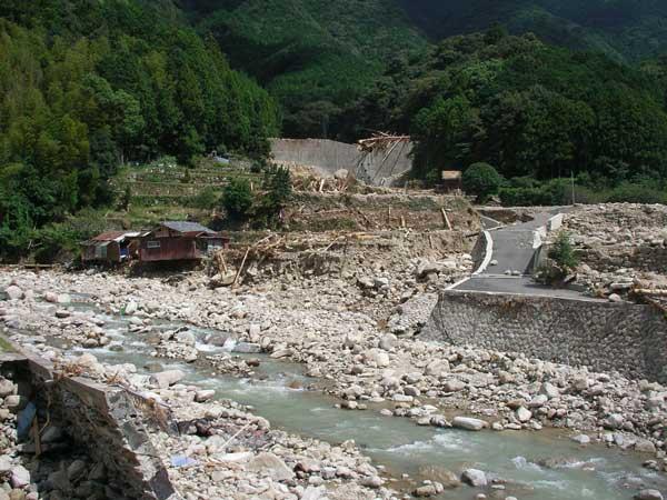 和歌山県那智勝浦町市野々における土石流災害(土石流の大部分は堰堤で止まったが、一部があふれ出した)
