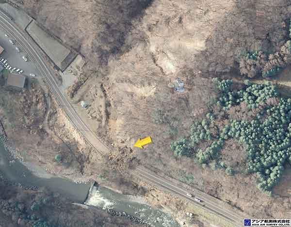 長野県安曇郡白馬村大字北城 姫川第二ダム下流側左岸:国道148号に被害を与えた崩壊。周囲斜面には複数の崩壊が確認される。(2014年11月23日撮影)