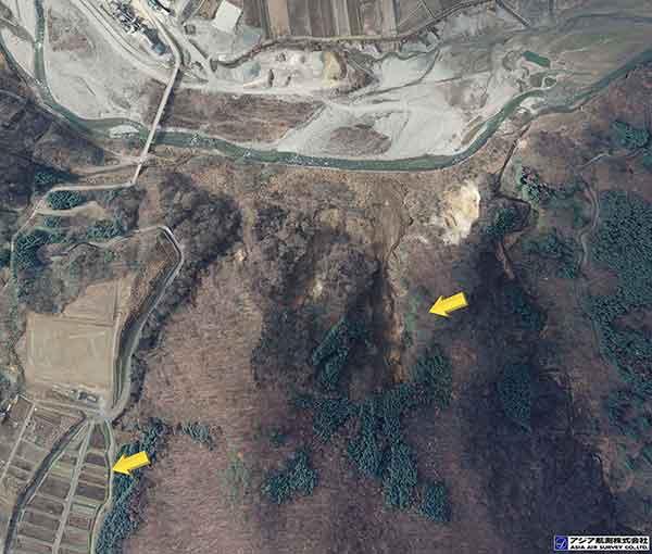 長野県安曇郡白馬村大字北城 姫川第二ダム上流側右岸:遷急線付近で崩壊が発生し、崩壊土砂の流下が確認される。崩土は勾配が緩く変化する地点で停止している(A)。崩壊地の南側耕作地には、複数の亀裂もみられる(B)。(2014年11月23日撮影)