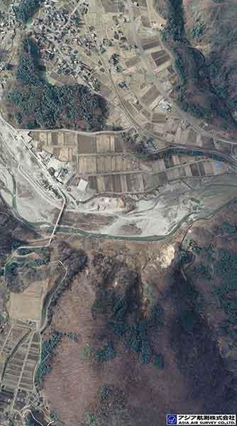 垂直空中写真 長野県安曇郡白馬村大字北城 姫川第二ダム付近(2014年11月24日撮影)