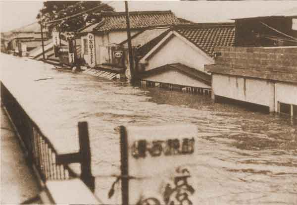 さつま町浸水状況:死者・行方不明者(8名)、家屋全半壊・流出(472戸)、床上浸水(695戸)、床下浸水(1,399戸)