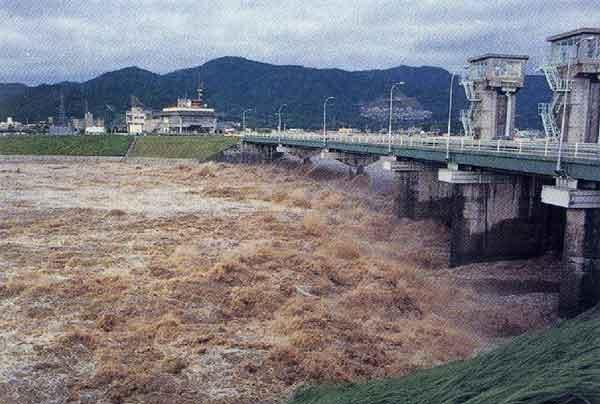 昭和47年7月梅雨前線による祗園水門付近の出水状況:太田川において、被災家屋数約1,000戸の被害が発生