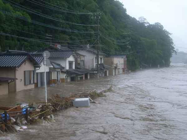 平成24年7月洪水の水害状況(中流部の浸水状況):平成24年7月3日洪水においては、7月3日に梅雨前線が九州北部地方に停滞し、前線に向かって暖かく湿った空気が流れ込み、明け方から昼前を中心に大気の状態が不安定となりました。大分県では、雷を伴った激しい雨が断続的に降り、西部や北部を中心に記録的な大雨となりました。山国川流域では3日に11観測所で3時間雨量が100mm以上を記録し、山国川では下唐原観測所等5観測所で既往最高水位を記録しました。