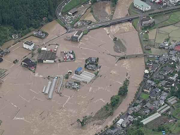 花月川8k000付近の浸水(平成24年7月3日洪水):7月3日の豪雨では、筑後川水系花月川の花月川水位観測所で「はん濫危険水位」を超え、花月川では堤防が2箇所で決壊、13箇所から洪水流が越水しました。日田市街部を含む花月川沿川の地区では多数の家屋浸水等が発生し、花月川の堤防や護岸が崩壊するなど甚大な被害が発生しました。さらに、7月13日から14日の豪雨でも再び花月川の堤防から洪水流が越水し、3日に引き続き家屋浸水等や堤防護岸等の施設被害が発生しました。またその他、筑後川支川の隈上川や巨瀬川、小石原川等においても浸水被害が発生しました。