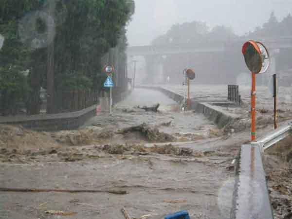 花月川夕田橋付近の越水(平成24年7月3日洪水):7月3日の豪雨では、筑後川水系花月川の花月川水位観測所で「はん濫危険水位」を超え、花月川では堤防が2箇所で決壊、13箇所から洪水流が越水しました。日田市街部を含む花月川沿川の地区では多数の家屋浸水等が発生し、花月川の堤防や護岸が崩壊するなど甚大な被害が発生しました。さらに、7月13日から14日の豪雨でも再び花月川の堤防から洪水流が越水し、3日に引き続き家屋浸水等や堤防護岸等の施設被害が発生しました。またその他、筑後川支川の隈上川や巨瀬川、小石原川等においても浸水被害が発生しました。