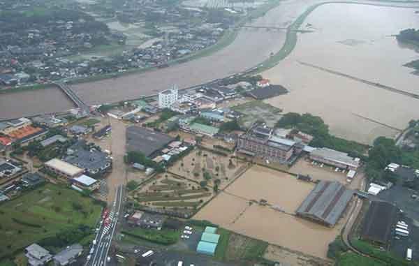 植木温泉街における浸水状況:平成24年7月の九州北部豪雨では、熊本県北部を中心に、これまで経験したことのない非常に強い豪雨となり、菊池川の支川合志川では、河川から川の水が溢れ出し、家屋や田畑が浸水するなど、甚大な被害に見舞われました。