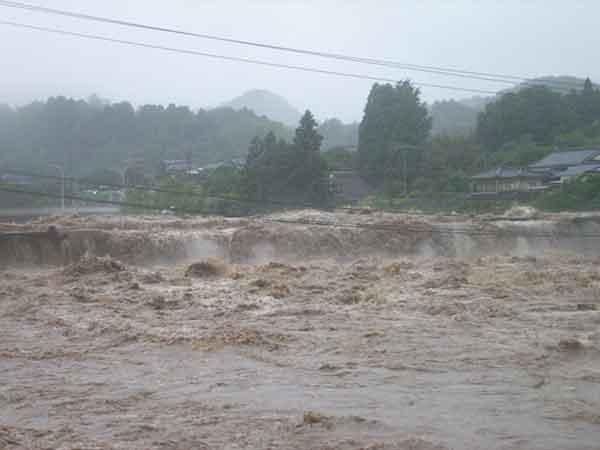 平成24年7月洪水の水害状況(耶馬溪橋付近の増水状況):平成24年7月の九州北部豪雨では、熊本県北部を中心に、これまで経験したことのない非常に強い豪雨となり、菊池川の支川合志川では、河川から川の水が溢れ出し、家屋や田畑が浸水するなど、甚大な被害に見舞われました。