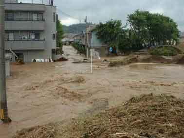 福井県福井市足羽川の堤防決壊状況:活発な梅雨前線が北陸地方をゆっくり南下したのに伴い、17日夜から18日にかけて、北陸地方と岐阜県で大雨となりました。特に、18日朝から昼前にかけて福井県で非常に激しい雨が降り、美山町では総降水量が285ミリに達し、7月の月間雨量平年値(236.7ミリ)を上回る等、局地的に非常に激しい雨に見舞われました。足羽川では堤防が決壊するなどし、福井市街でも甚大な被害となりました。福井観測所(気象台)日降雨量197.5ミリは観測開始後2番目、時間最大降雨量75ミリは観測開始後最大の降雨であり、今回の降雨は足羽川流域において未曾有の降雨でした。被害状況は、死者・行方不明者5人、浸水家屋13,625戸となりました。