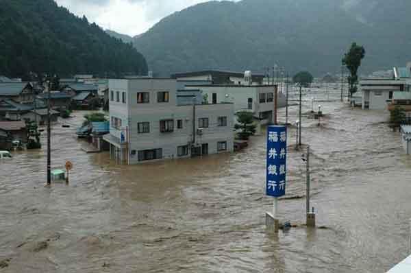 福井県福井市浸水状況:活発な梅雨前線が北陸地方をゆっくり南下したのに伴い、17日夜から18日にかけて、北陸地方と岐阜県で大雨となりました。特に、18日朝から昼前にかけて福井県で非常に激しい雨が降り、美山町では総降水量が285ミリに達し、7月の月間雨量平年値(236.7ミリ)を上回る等、局地的に非常に激しい雨に見舞われました。足羽川では堤防が決壊するなどし、福井市街でも甚大な被害となりました。福井観測所(気象台)日降雨量197.5ミリは観測開始後2番目、時間最大降雨量75ミリは観測開始後最大の降雨であり、今回の降雨は足羽川流域において未曾有の降雨でした。被害状況は、死者・行方不明者5人、浸水家屋13,625戸となりました。