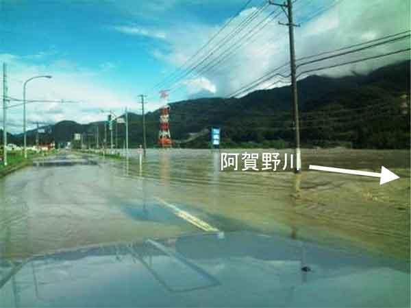 小松地区の浸水状況:7月26日未明から新潟県及び福島県会津付近に停滞していた前線の活動の活発化により、27日12時から30日10時までの総降水量は、各地で300㎜を超える大雨となりました。特に、福島県只見町では降り始めからの総雨量が711㎜に達するなど、各地で平成16年7月13日洪水を上回る戦後最大規模の洪水となり、最大流量は馬下観測所で9,948m3/sに達しました。阿賀野川では水位が上昇し、渡場床固上流など一部区間でHWLを超過し、無堤部(小松地区)では浸水被害が発生しました。また、太田川や只見川等の支川においても、氾濫や河川管理施設等の被災が発生しました。家屋全半壊209戸、床上浸水57戸、床下浸水358戸