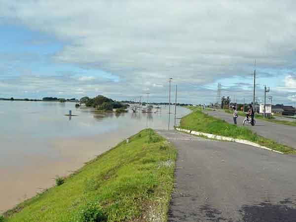 平成23年7月新潟・福島豪雨 保明新田付近:2011(平成23)年7月27日から7月30日にかけて中越地方、下越地方を中心に大雨が降りました。笠堀観測所(三条市)では1000㎜を超えるなど記録的な大雨となりました。三条市を流れる五十嵐川の中流部で堤防が決壊したほか、川の水が堤防から溢れ、周囲に流れ出したりと大きな被害が発生しました。この水害は2004(平成16)年7月13日を上回る豪雨でした。この洪水では、田上町保明新田地先の河川水位が復緊事業前の堤防高を超え、計画高水位を超えるなど危険な状況になりましたが、堤防の嵩上げを実施していたことにより川の水が溢れることを免れました。死者4名、全半壊家屋849戸、浸水家屋8,669戸(床上1,101戸、床下7,568戸)