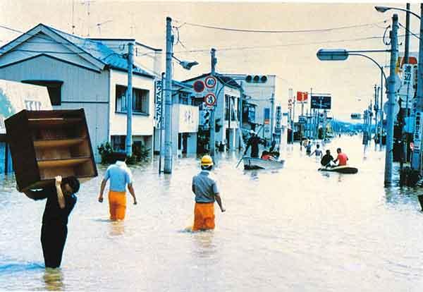 旧鹿島台 街中の浸水状況(昭和61年8月洪水):茨城県沖で台風10 号から変わった温帯低気圧が太平洋沿岸を北上し、宮城県平野部を中心に豪雨をもたらしました。吉田川においては直轄管理区間4 箇所で堤防が決壊し、旧鹿島台町(大崎市)を中心に最大12日間冠水(床上浸水約1,150 世帯、床下浸水約330 世帯、氾濫面積約3,580ha)しました。