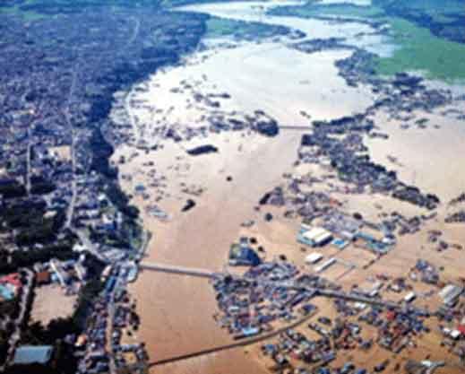 昭和61年8月洪水時の様子:昭和61年8月の台風10号により、綾瀬川では8月5日最高水位3.86mを記録しました。この出水に対し、各排水機場による排水運転、水防団による土のう積み等の水防活動が実施されましたが、草加市や越谷市など各地で溢水氾濫が生じ、甚大な被害が発生されました。特に草加市では、昭和57年9月の台風18号に次いで災害救助法が適用されました。この洪水で綾瀬川では3度目となる河川激甚災害対策特別緊急事業が採択されました。