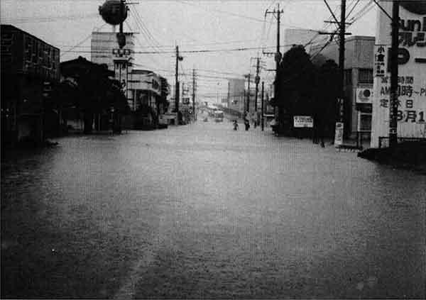 青柳川流域 宮崎市大塚町高松橋方向を望む:前線の活発化に伴い、九州南部地方は大雨となりました。大淀川流域では7月31日1時ごろより降り出した雨が断続的に降り続き、1時間に岳下(たけした)62㎜、青井岳63㎜、樋(ひ)渡(わたし)69㎜降ったのを始め、8月1日の16時から17時の1時間83㎜を最高に流域全般で大雨が降り続きました。また、総雨量でも巣之浦(すのうら)の699㎜を最高に、樋渡605㎜、四家(しか)534㎜、御池(みいけ)661㎜等の降雨があり、最大3時間雨量でも樋渡の175㎜を最高に、比(ひ)曽木(そき)野(の)166㎜、御池152㎜を記録しました。今回の8.1豪雨による降雨は、流域全般にわたり大雨となり、各水位観測所で警戒水位を越す洪水となりました。この洪水による被害は死者1人、負傷者2人、家屋の全壊12戸、半壊2戸、床上浸水771戸、床下浸水789戸におよびました。