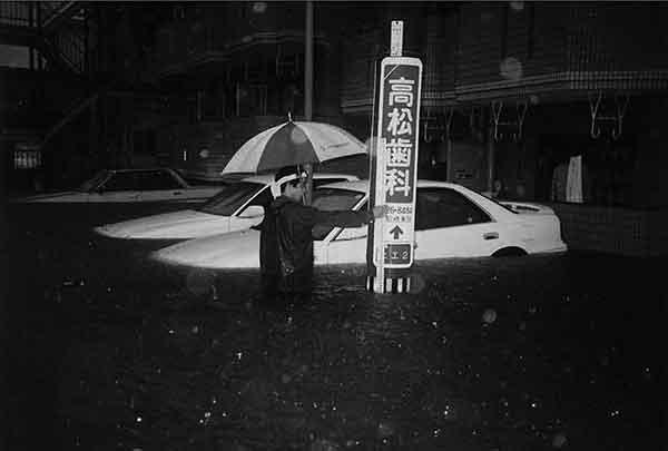 宮崎市小松地区:前線の活発化に伴い、九州南部地方は大雨となりました。大淀川流域では7月31日1時ごろより降り出した雨が断続的に降り続き、1時間に岳下(たけした)62㎜、青井岳63㎜、樋(ひ)渡(わたし)69㎜降ったのを始め、8月1日の16時から17時の1時間83㎜を最高に流域全般で大雨が降り続きました。また、総雨量でも巣之浦(すのうら)の699㎜を最高に、樋渡605㎜、四家(しか)534㎜、御池(みいけ)661㎜等の降雨があり、最大3時間雨量でも樋渡の175㎜を最高に、比(ひ)曽木(そき)野(の)166㎜、御池152㎜を記録しました。今回の8.1豪雨による降雨は、流域全般にわたり大雨となり、各水位観測所で警戒水位を越す洪水となりました。この洪水による被害は死者1人、負傷者2人、家屋の全壊12戸、半壊2戸、床上浸水771戸、床下浸水789戸におよびました。