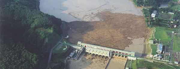 二風谷ダムで捕捉した流木:<沙流川流域>平成15年8月洪水では、全川にわたって計画高水位を超過し、5,240m3/s(平取地点)の流量を観測し、死者3名、重傷者1名、家屋全壊10戸、半壊6戸、一部破損16戸、床上浸水79戸、床下浸水172戸の大きな被害を受けました。この洪水を契機に基本高水流量のピーク流量及び河川整備計画目標流量を変更しました。
