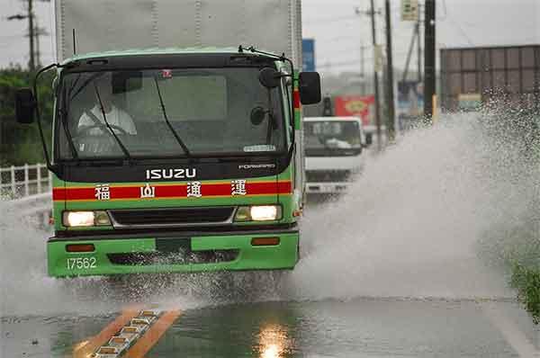 県道の浸水状況 平成15年8月9日14:40頃(ピーク後):台風10号は、7日には最も発達し、中心付近の気圧が945hPaと強い勢力を保ちながら8日21時30分頃には高知県室戸市付近に上陸した。台風の進行速度が比較的遅かったため、台風の強い雨域の影響を長時間受けることとなり、東海地方では8日から9日にかけて大雨となった。豊川・石田地点のピーク水位は、平成12年9月(東海豪雨)の水位を上回り、戦後最大洪水の昭和44年8月洪水にせまる水位となり、各地で浸水被害が発生するなど、甚大な被害をもたらした。