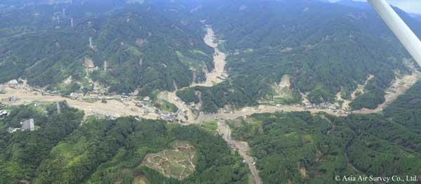 朝倉市杷木松末地区周辺(赤谷川)。同時多発的に土石流が発生し、多量の土砂と流木が流出した様子がうかがえる。(2017年7月8日撮影)