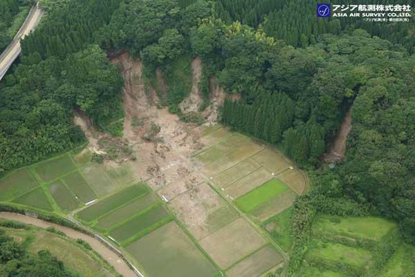 斜面崩壊(鹿屋市)と下方の土砂移動状況(2019年7月4日撮影)