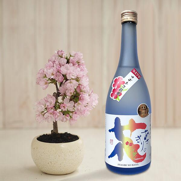 家でお花見 桜と焼酎のセットの写真