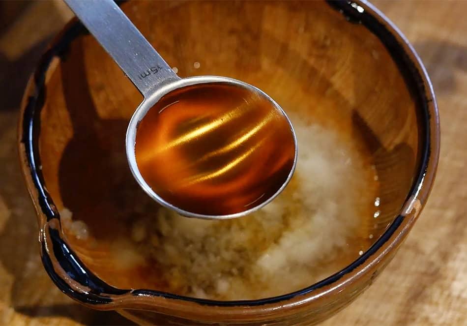 ソースを作る。ボールに玉ねぎをすりおろし、だし汁、醤油、米酢、ごま油、青じそ2枚分のみじん切りを混ぜる。