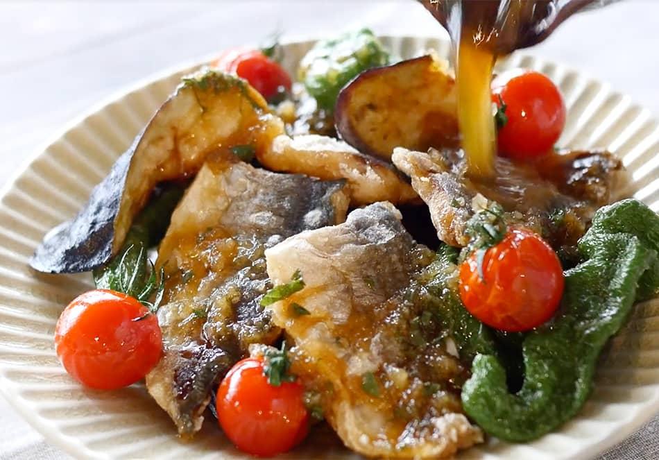 揚げた野菜を熱いうちに皿に盛り、1のソースをかけ、揚げたナスとアジを皿に盛りつけ、刻んだ青じそとしょうがを乗せたらできあがり