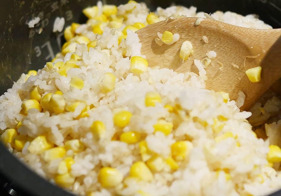 炊き上がったら、15分ほど蒸らし、芯を取り出す。コーンとごはんが均等になるように混ぜる