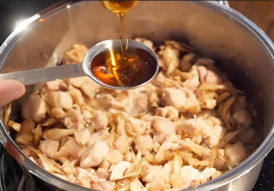 鍋に、酒、みりん、きび砂糖、だし汁、椎茸の戻し汁を入れ、全体を混ぜなじませる