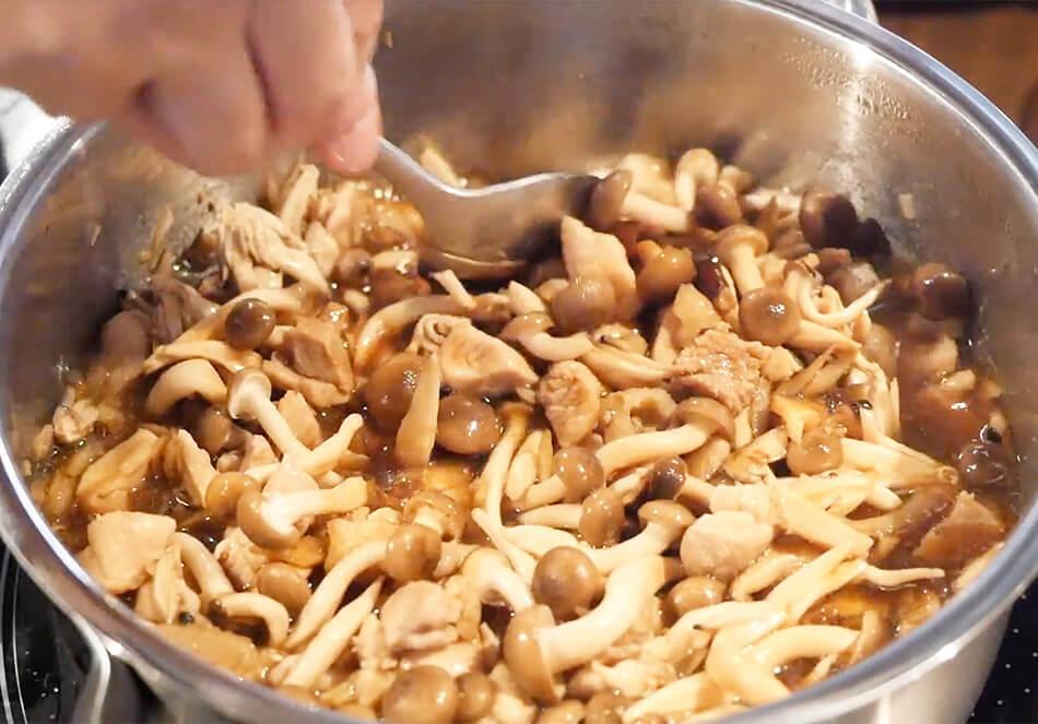 醤油を入れ混ぜた後、千切りにした干し椎茸、しめじを入れ、全体を混ぜ、10分ほど煮込んで具材はできあがり