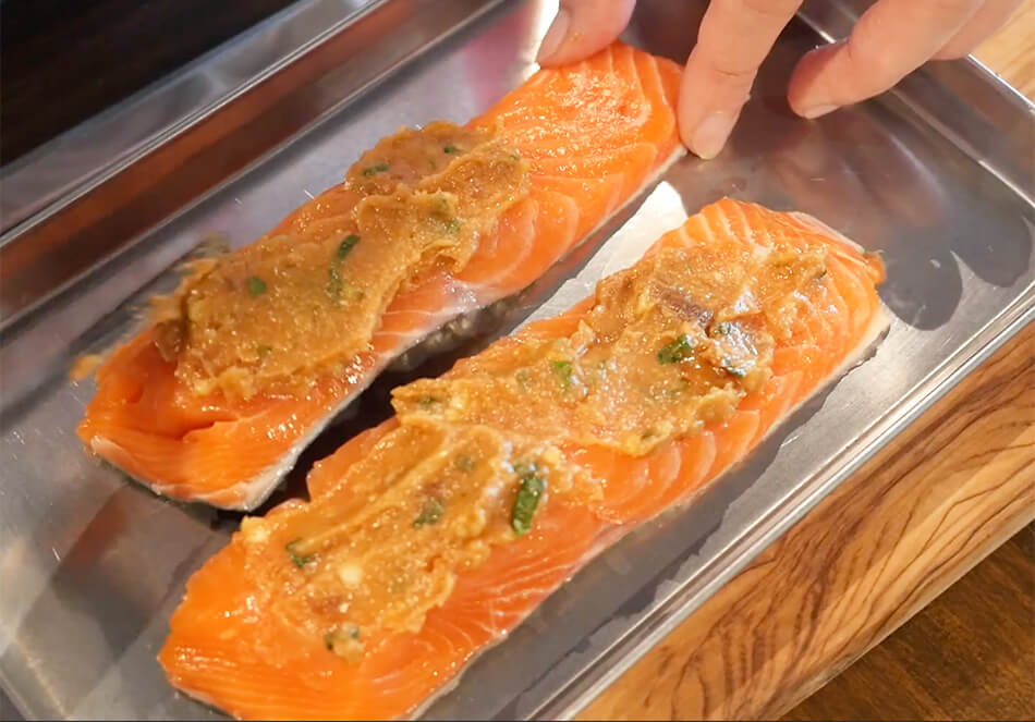 (両面焼きの場合)ゆず味噌を生鮭の片面につけ、グリルで10分程焼く。(片面焼きの場合)生鮭の片面を5分程焼き、ひっくり返し、焼いていない方にゆず味噌をつけ、上にし、5分程焼く