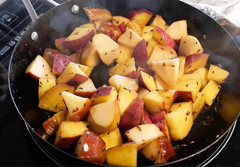 さつまいもとりんごを1のフライパンに入れ、表面に少し焼け色がつく程度にソテーし、スパイスを戻し、弱火で蒸し焼きにする