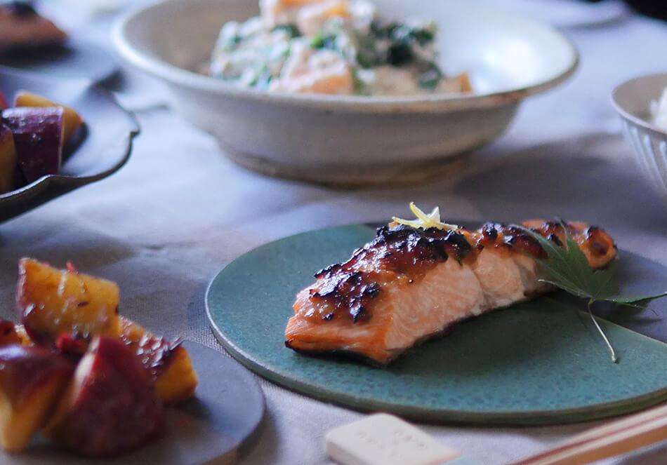 旬の鮭は、極うまゆず味噌焼き。<br>さつまいもとりんごの温サラダの写真