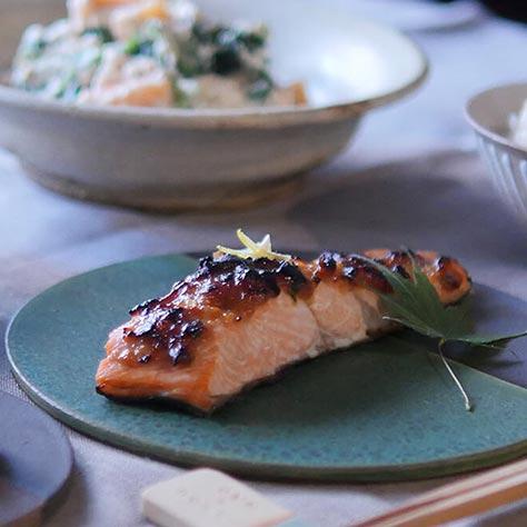 旬の鮭は、極うまゆず味噌焼き。<br>さつまいもとりんごの温サラダ