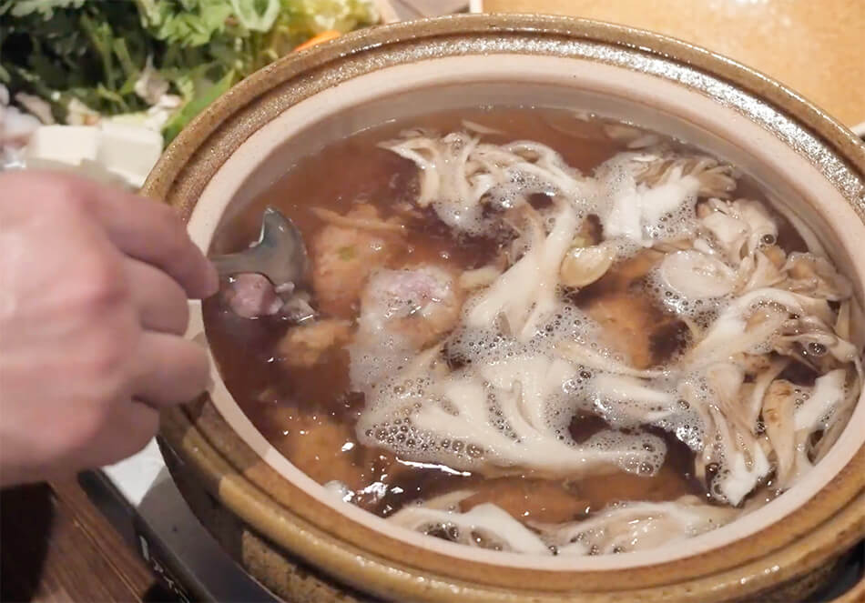3.出汁を鍋に入れ、きのこ、ごぼうを入れ温める。ふつふつと温まってきたら、鶏つみれをスプーンで適度な大きさにとり、入れる