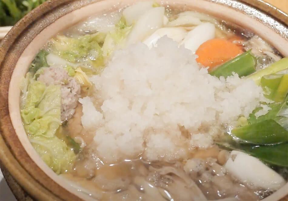 4.生ダラ、他の野菜を固いものから入れ煮る。豆腐も入れ、最後に大根おろしを真ん中に乗せる。大根おろしは、直前で崩しながら煮ると見た目もきれい