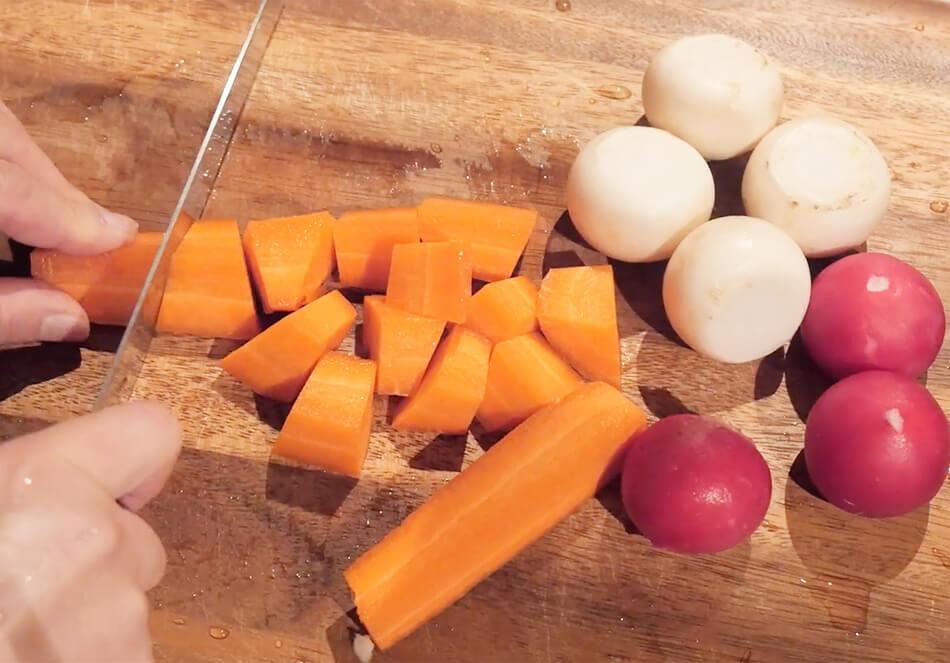 1.野菜は、よく洗いふく。皮をむかず、3cm程度の乱切りにする
