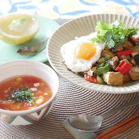 夏の食欲アップに! 夏野菜でガパオ&トマトとコーンのスープ、レモンのデザート