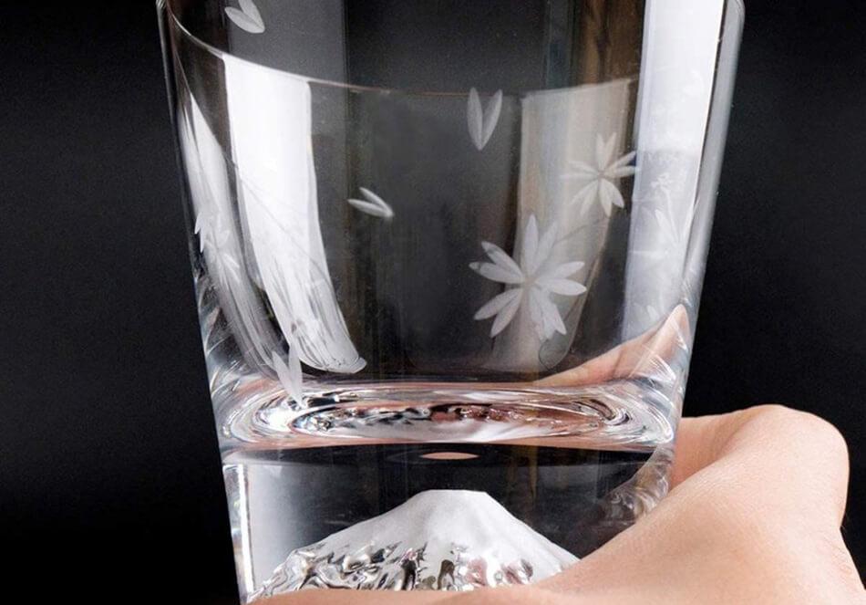 <center>本物の器で至極の一杯を「一生モノ」の酒器</center>