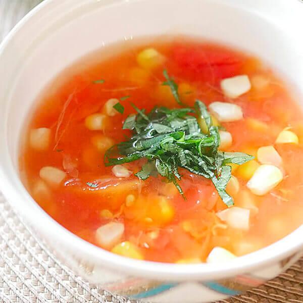 優しい酸味と食感が心地よい「トマトとコーンとおひげのスープ」の写真