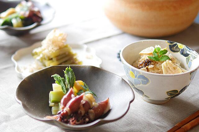 旬の山菜で食卓に季節感を。たけのこごはんやウドとホタルイカのレシピ